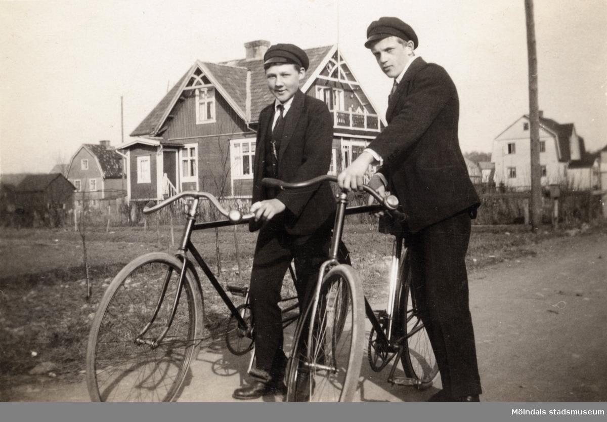Åke Börjesson och Yngve Karlsson? på cykeltur. Fotografi ur album som tillhört Hilda Börjesson Hallgren.