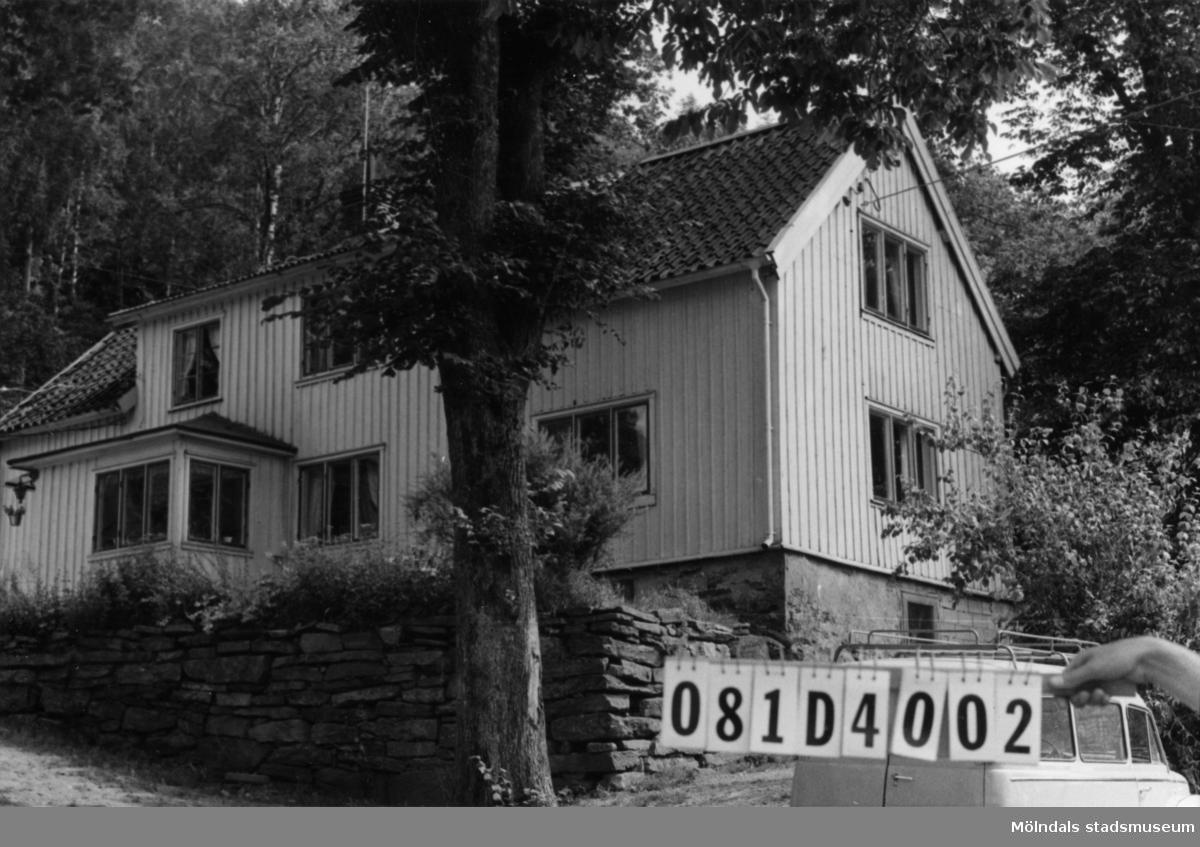 Byggnadsinventering i Lindome 1968. Greggered 6:1. Hus nr: 081D4002. Benämning: permanent bostad. Kvalitet: god. Material: trä. Tillfartsväg: framkomlig.