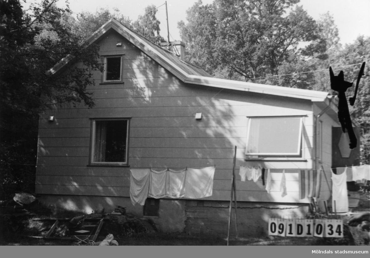 Byggnadsinventering i Lindome 1968. Ranered (1:2). Hus nr: 091D1034. Arrenderad tomt. Benämning: fritidshus och redskapsbod. Kvalitet: mycket god. Material: eternit. Tillfartsväg: framkomlig. Renhållning: soptömning.