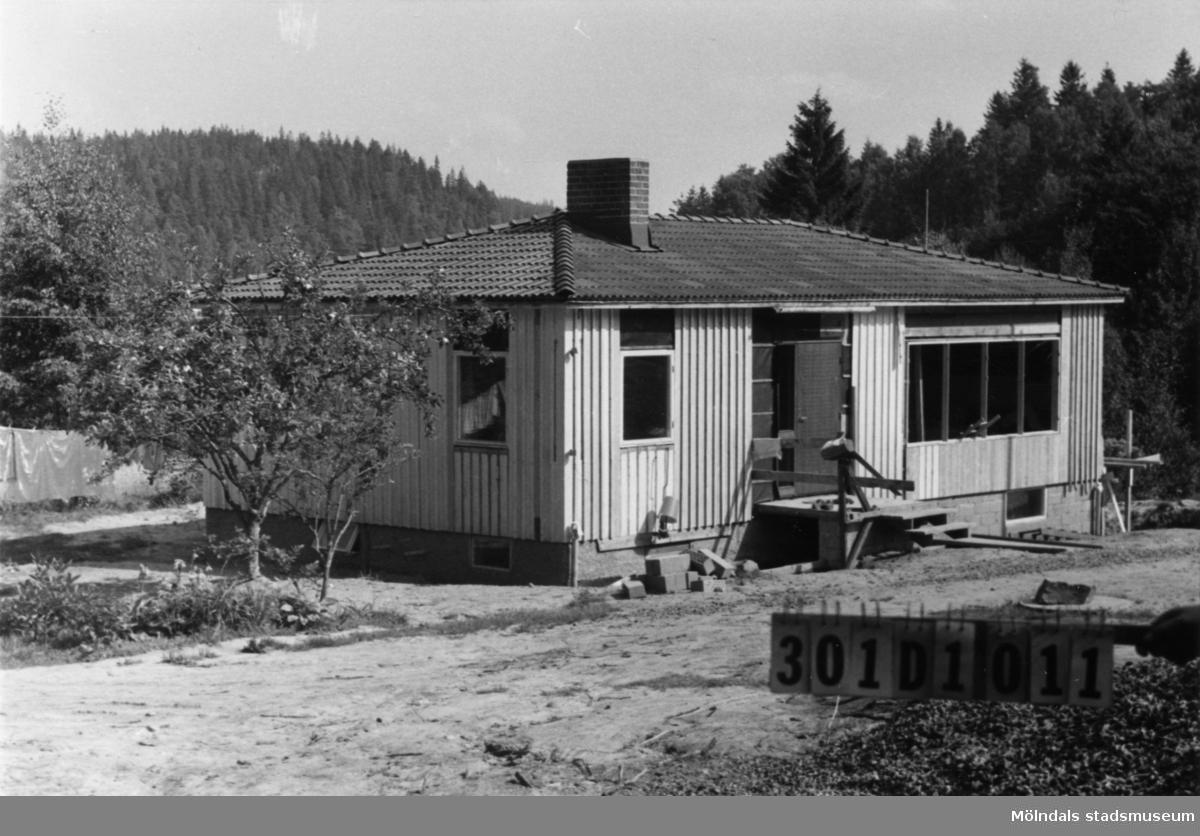 Byggnadsinventering i Lindome 1968. Inseros 1:28. Hus nr: 301D1011. Benämning: permanent bostad och redskapsbod. Kvalitet, bostadshus: mycket god. Kvalitet, redskapsbod: mindre god. Material: trä. Övrigt: håller på att bygga till. Tillfartsväg: framkomlig. Renhållning: soptömning.