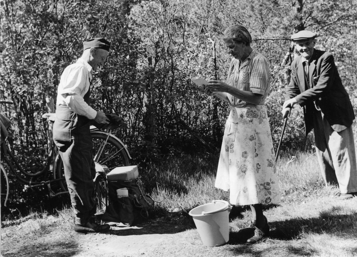 Lantbrevbärare Sven Eriksson, Ljusterö lämnar post, 1963.