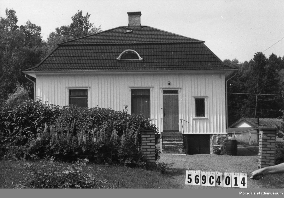 Byggnadsinventering i Lindome 1968. Berget 1:12. Hus nr: 569C4014. Benämning: permanent bostad och garage. Kvalitet: god. Material: trä. Tillfartsväg: framkomlig. Renhållning: soptömning.