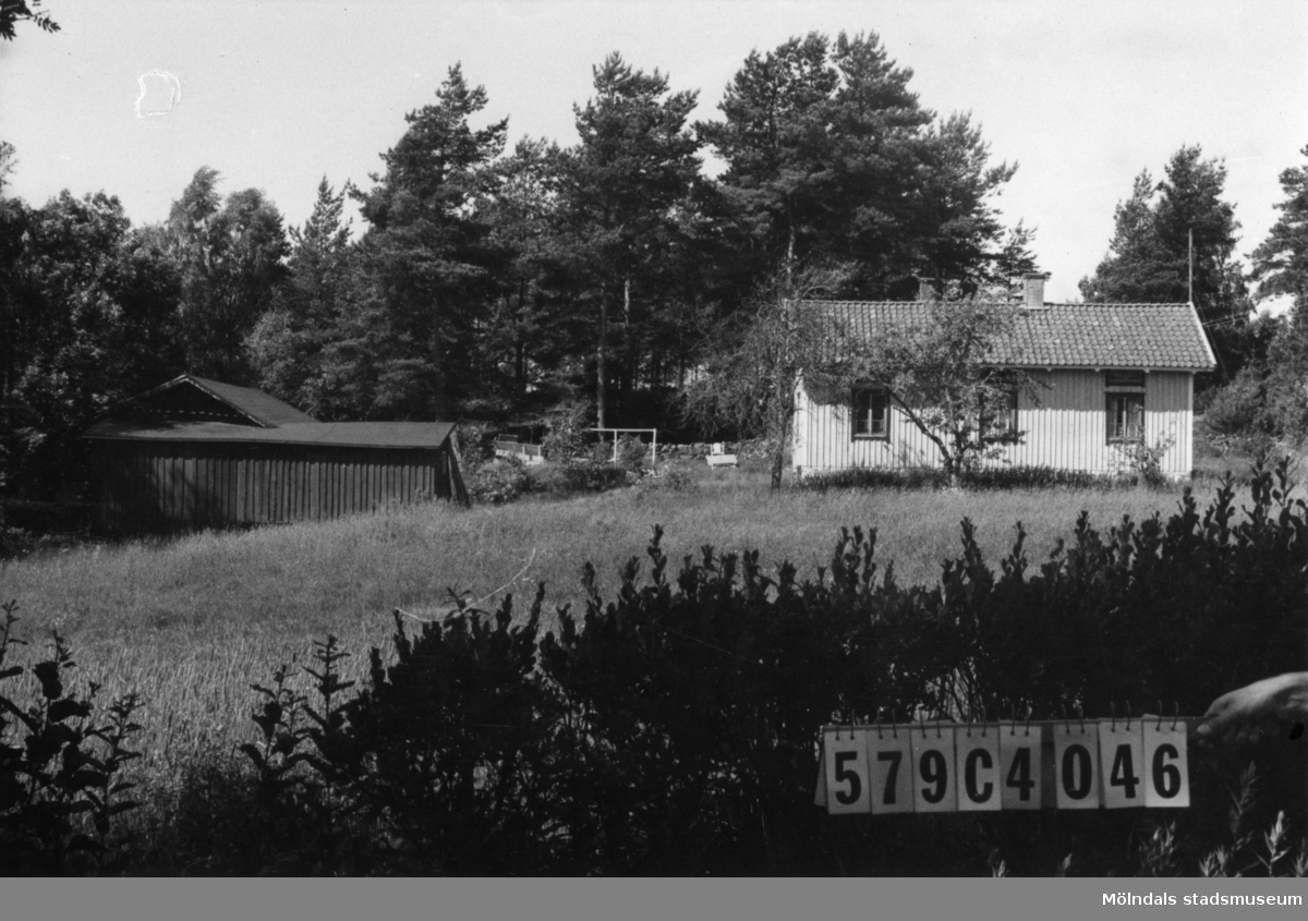 Byggnadsinventering i Lindome 1968. Gårda 2:67. Hus nr: 569C4046. Benämning: permanent bostad och ladugård. Kvalitet: god. Material: trä. Tillfartsväg: framkomlig. Renhållning: ej soptömning.