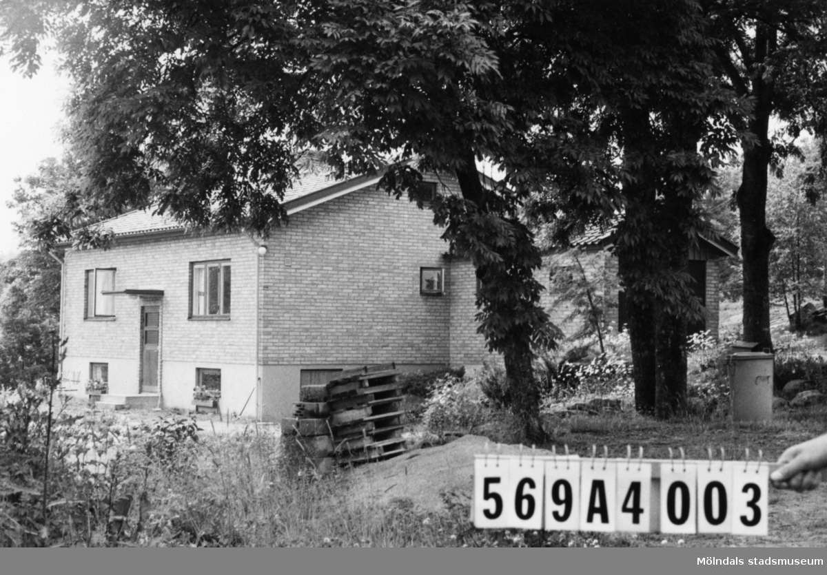 Byggnadsinventering i Lindome 1968. Skäggered 2:18. Hus nr: 569A4003. Benämning: permanent bostad och garage. Kvalitet: mycket god. Material: gult tegel. Tillfartsväg: framkomlig. Renhållning: soptömning.