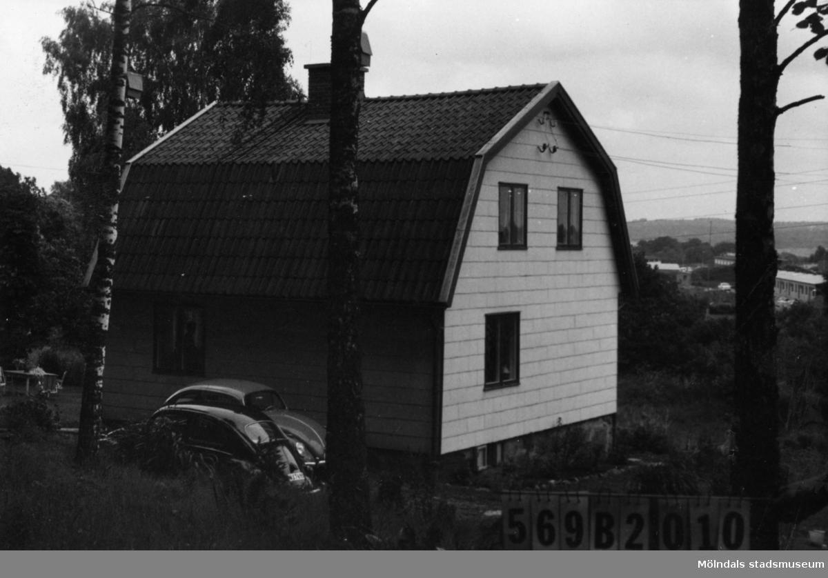 Byggnadsinventering i Lindome 1968. Gastorp 3:38. Hus nr: 569B2010. Benämning: permanent bostad. Kvalitet: god. Material: eternit. Tillfartsväg: framkomlig. Renhållning: soptömning.