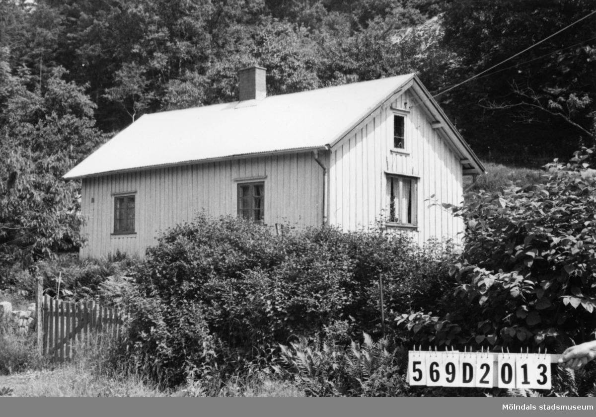 Byggnadsinventering i Lindome 1968. Lindome 5:8. Hus nr: 569D2013. Benämning: permanent bostad och redskapsbod. Kvalitet: mindre god. Material: trä. Tillfartsväg: framkomlig.