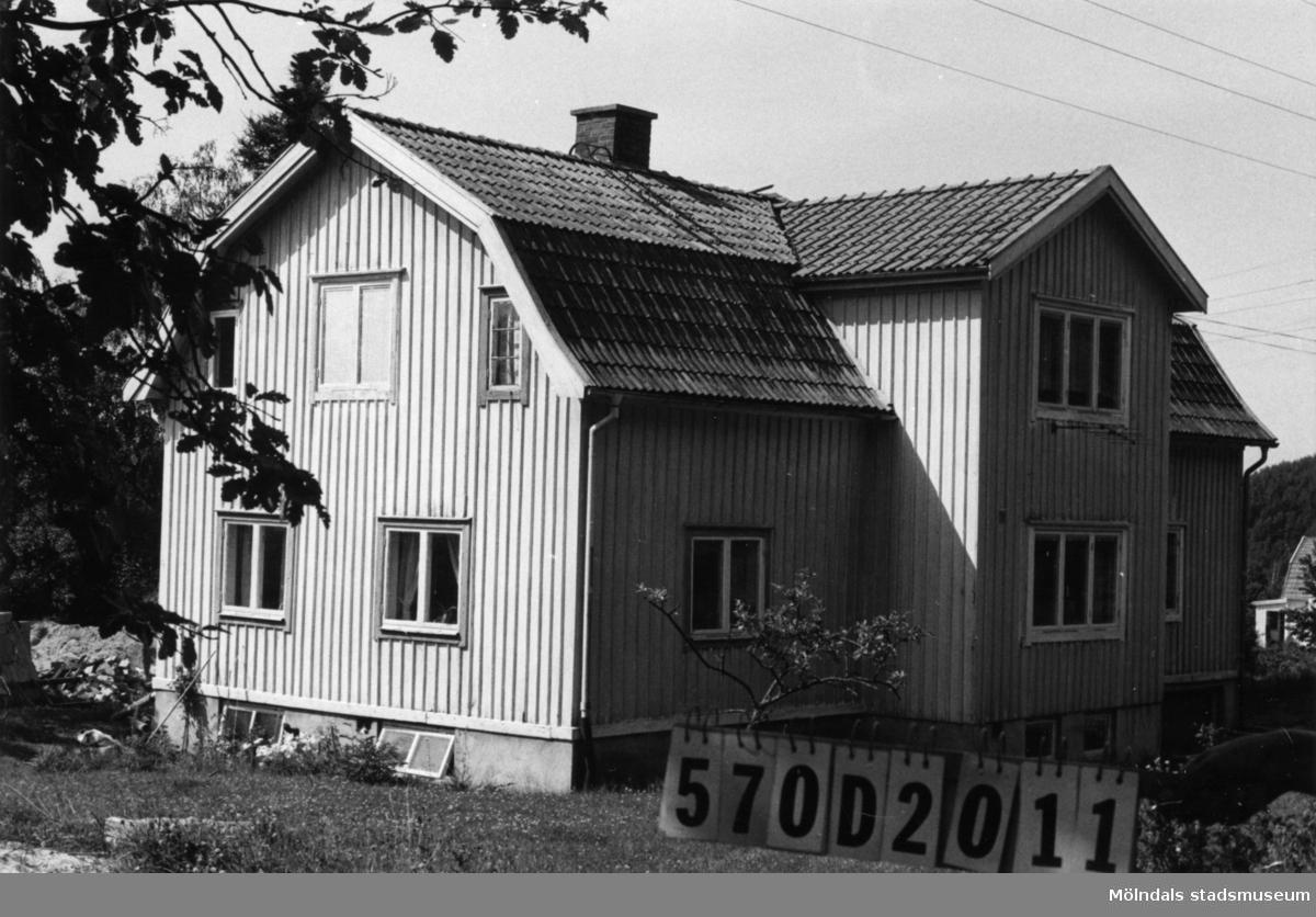 Byggnadsinventering i Lindome 1968. Annestorp 1:53. Hus nr: 570D2011. Benämning: permanent bostad och redskapsbod. Kvalitet, bostadshus: god. Kvalitet, redskapsbod: dålig. Material: trä. Övrigt: ladugården riven. Tillfartsväg: framkomlig. Renhållning: soptömning.