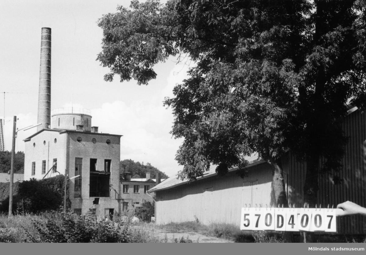 Byggnadsinventering i Lindome 1968. Annestorp 3:2. Hus nr: 570D4007. Benämning: fabriksbyggnad och ladugård. Kvalitet: god. Material, fabriksbyggnad: gult tegel. Material, ladugård: trä. Tillfartsväg: framkomlig.