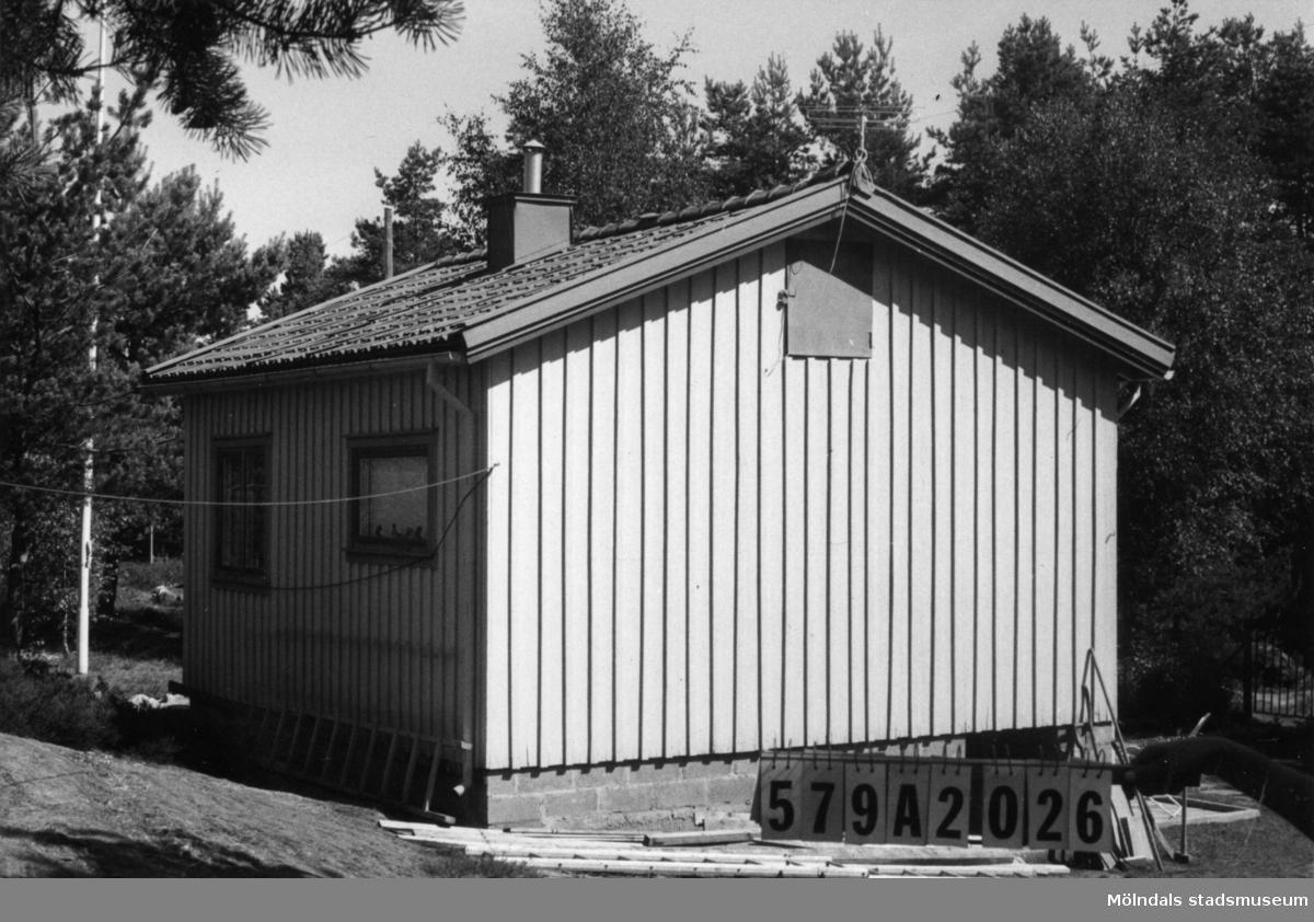 Byggnadsinventering i Lindome 1968. Gårda 2:56. Hus nr: 579A2026. Benämning: fritidshus, gäststuga och redskapsbod. Kvalitet, fritidshus och redskapsbod: mindre god. Kvalitet, gäststuga: god. Material: trä. Tillfartsväg: ej framkomlig. Renhållning: ej soptömning.