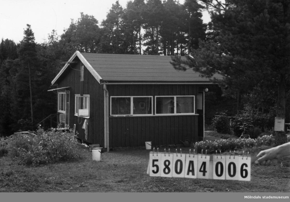 Byggnadsinventering i Lindome 1968. Hassungared 4:6. Hus nr: 580A4006. Benämning: fritidshus och redskapsbod. Kvalitet: god. Material: trä. Tillfartsväg: framkomlig.