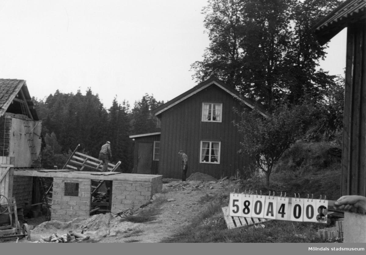Byggnadsinventering i Lindome 1968. Hassungared 2:22. Hus nr: 580A4008. Benämning: permanent bostad, ladugård och redskapsbod. Kvalitet, bostadshus och ladugård: god. Kvalitet, redskapsbod: mindre god. Material: trä. Övrigt: ladugården tillbygges. Tillfartsväg: framkomlig.