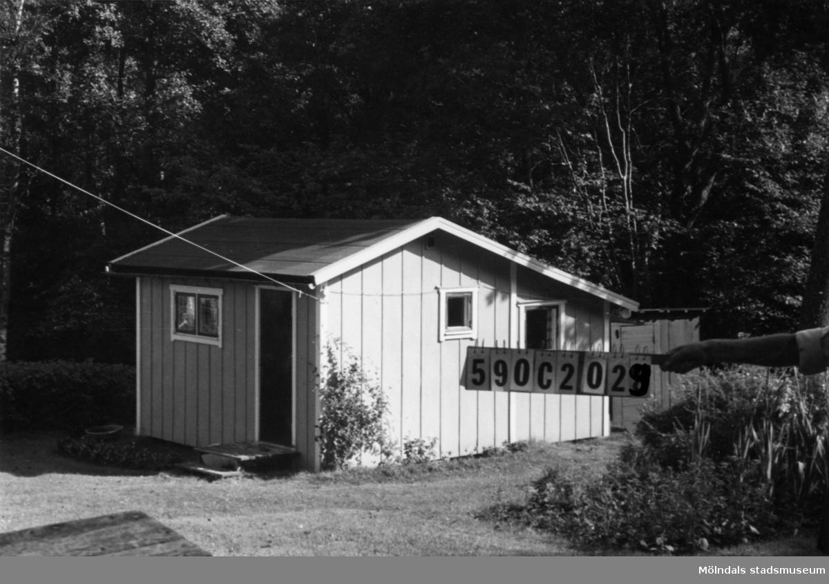 Byggnadsinventering i Lindome 1968. Tommered (1:4). Hus nr: 590C2029. Benämning: fritidshus och redskapsbod. Kvalitet: mindre god. Material, bostadshus: trä, masonite. Material, redskapsbod: trä. Tillfartsväg: framkomlig.