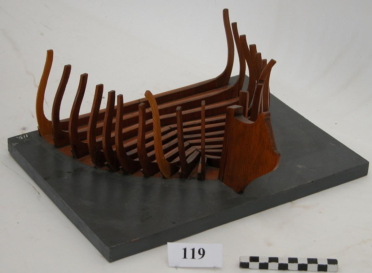 Fartygsmodell utvisande spanten till ett fartyg över vattenlinjen (förskeppet). Modellen av trä, fernissad, bottenplattan gråmålad.