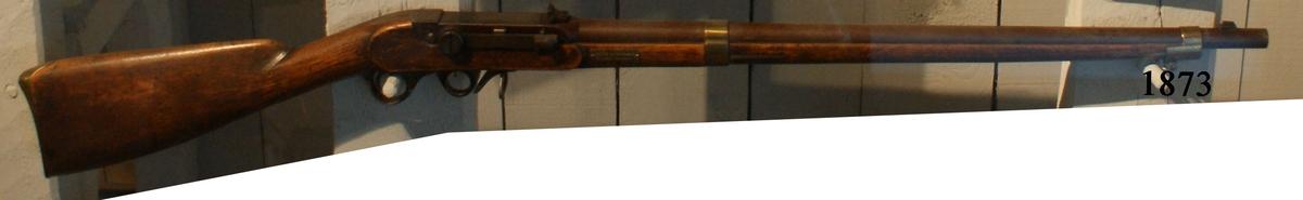 """Kammarladdningsgevär m/1851, typ von Feilitzen. Märkt: """"177"""". Kolven av trä, pipa och mekanism av stål. Beslagen av metall. Pipan räfflad, längd 827 mm.  Kaliber: 15 mm. Vikt: 4,65 kg. Hela längden: 1235 mm."""