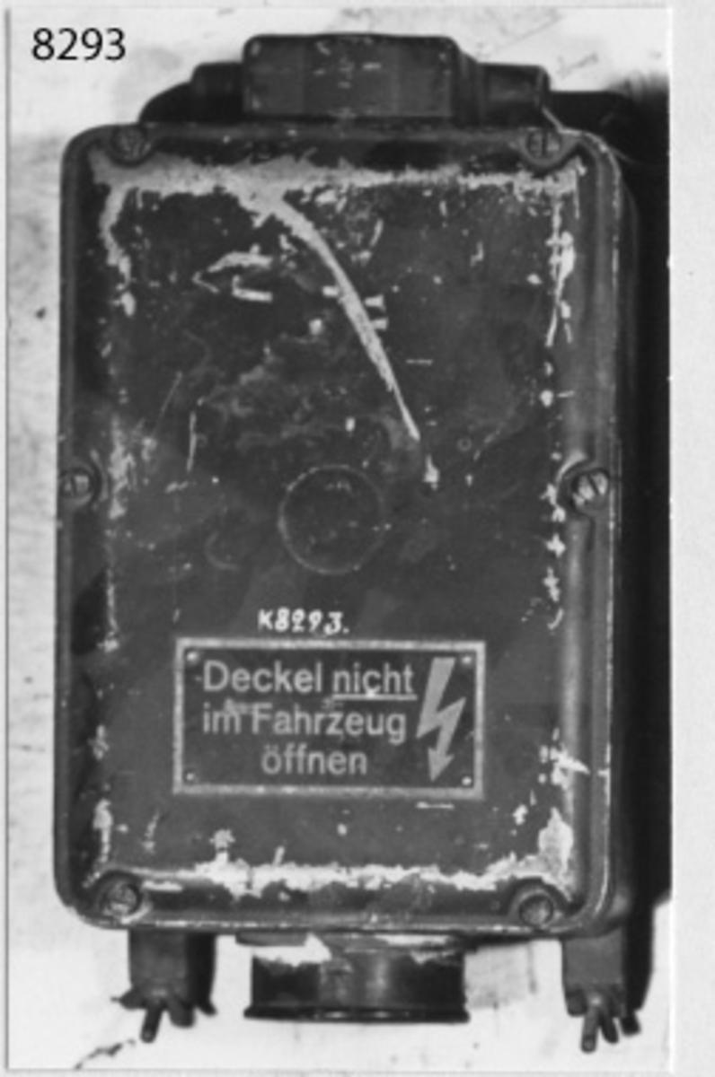 Mottagaraggregat, typ EU a 3. Helt inbyggd i en kåpa av lättmetall, med lock som fasthålles med 6 st skruvar. På undersidan kraftuttag. Märkt: typ EUa3. Svartmålad. F.Nr 394167. NV 12 V 2,3 A HV 130 V 26 mA Hzg 12 V - A Umdr/min 400