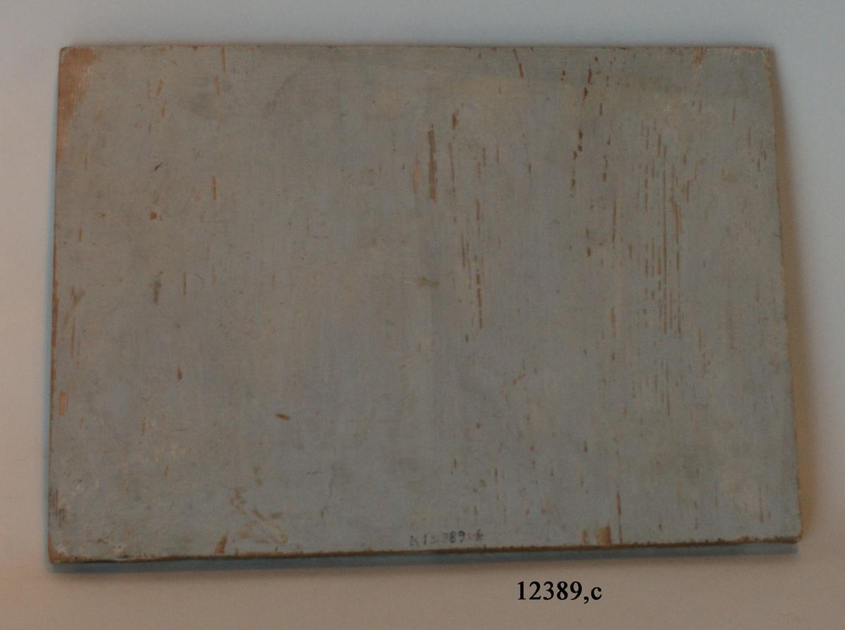 Stylobat, rektangulär platta. Målad i gråvitt.