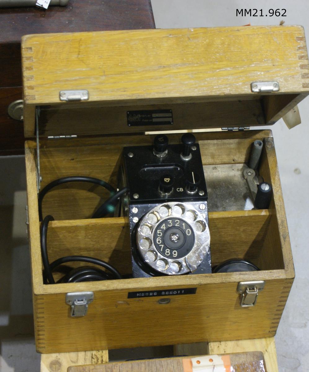 Lådtelefon av trä. X 288.
