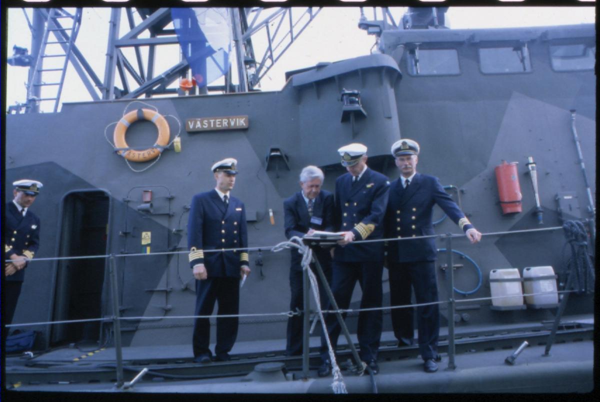 Fartyg: VÄSTERVIK                       Rederi: Kungliga Flottan, Marinen Övrigt: Överlämnandet av Västervik Överlämnandet av Västervik 2000-06-06. Museichef Per-Inge Lindqvist övertar Västervik.