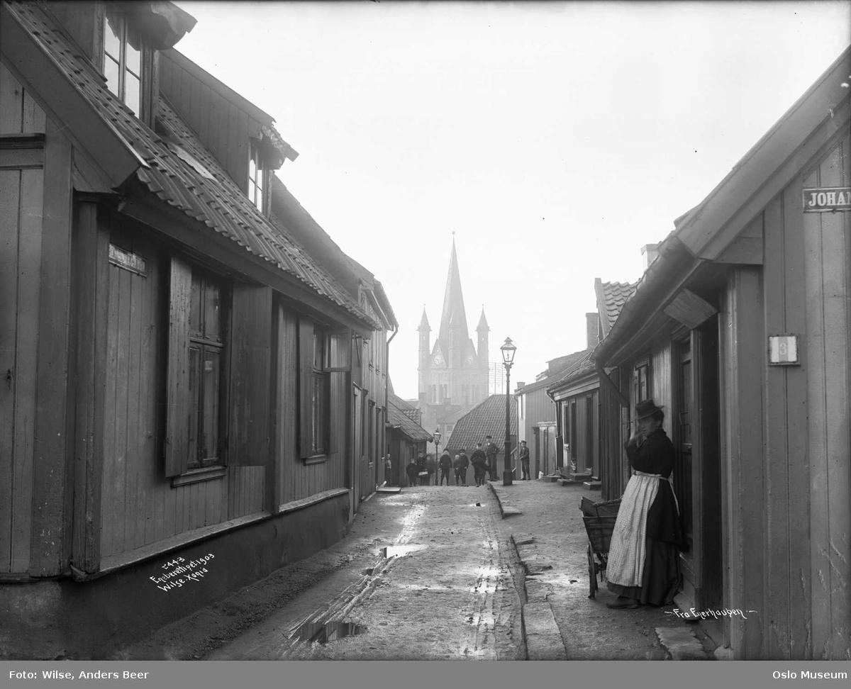 gateløp, trehusbebyggelse, kvinne, vogn, barn, gatebelysning, Grønland kirke