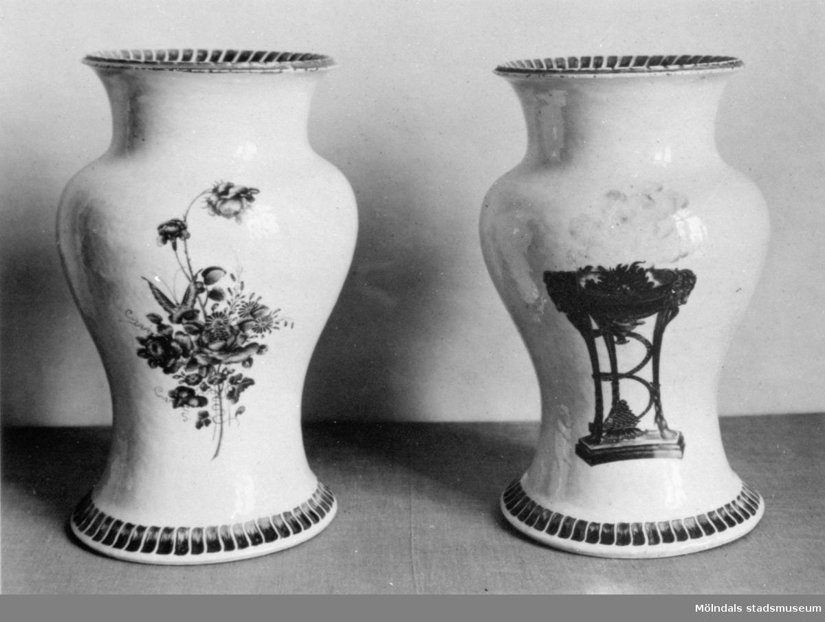 Två porslinsvaser, likadant utformade men med olika dekormålning. Gunnebo slott, 1930-tal.