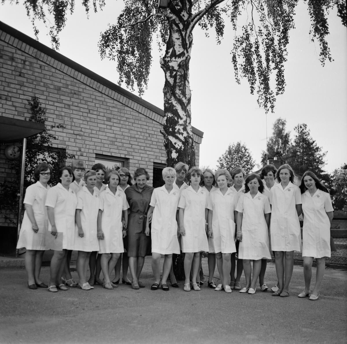Avslutning sjukvårdsbiträden, sannolikt Tierp, Uppland, juni 1968