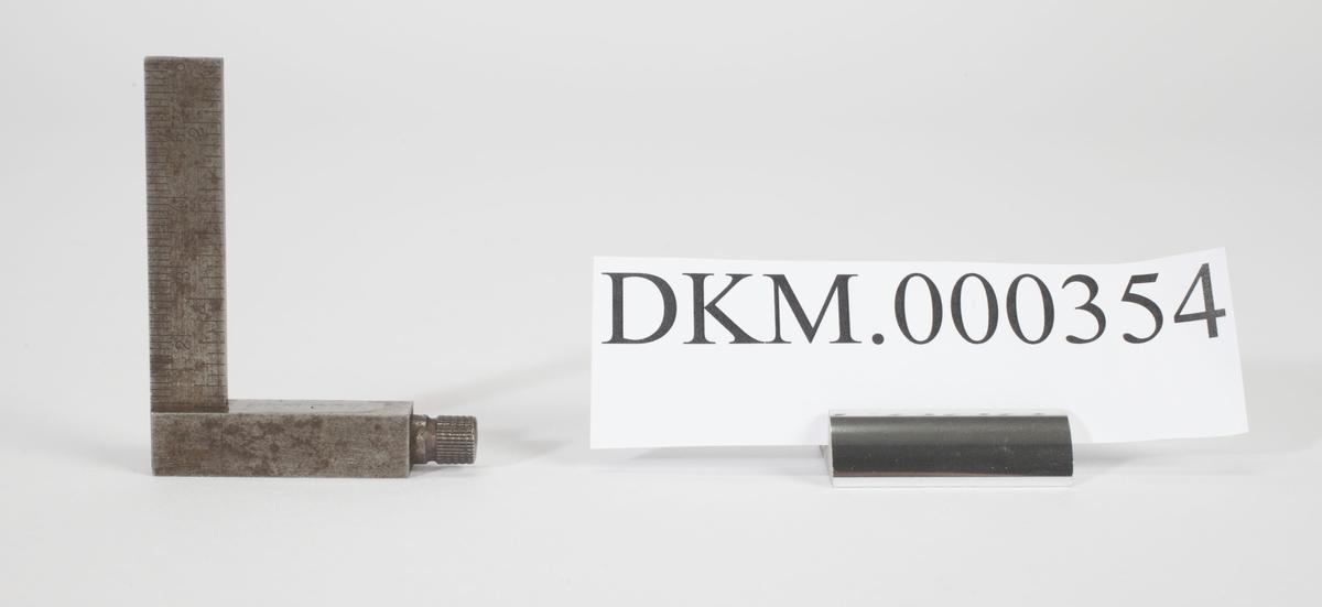 Vinkelen består av to rektangulære metallplater. Den korteste delen kan stilles opp og ned langs den lengre delen.