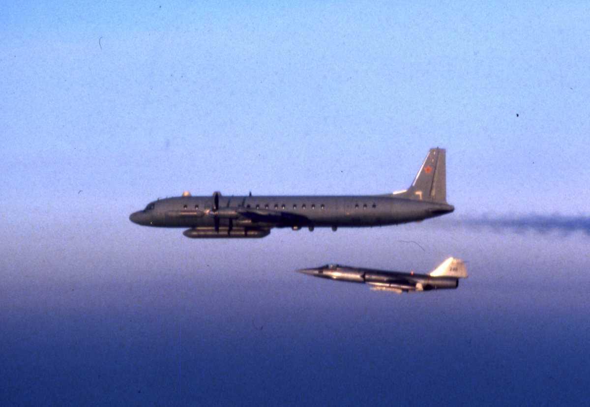 Russisk fly av typen Coot A og nærmest sees en F-104G Starfighter med nr. 240.
