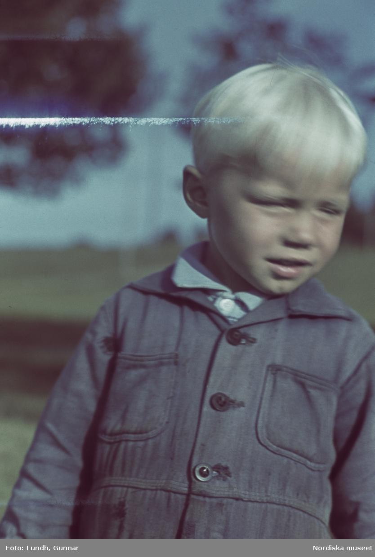 Liten pojke med blå kläder