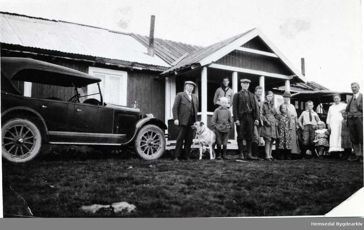 Biletet er teke på Grøthestølen i 1926-1927. Frå venstre: Gullsmed Larsen, Svein og Knut Grøthe, son og dotter til Larsen, Ingrid Grøthe, fru Larsen og sonen, Maria Grøthe, MArgit Grøthe og Gunhild Grøthe