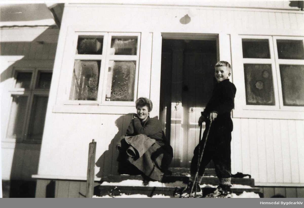 Lærarinne Åshild Langehaug og Odd-Bjørn Mythe på Torset skule i Hemsedal  i 1957.