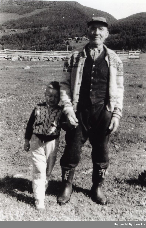 Frå venstre: Torgeir Bøhler og Ola N. Vøllo på Helegeset i 1962