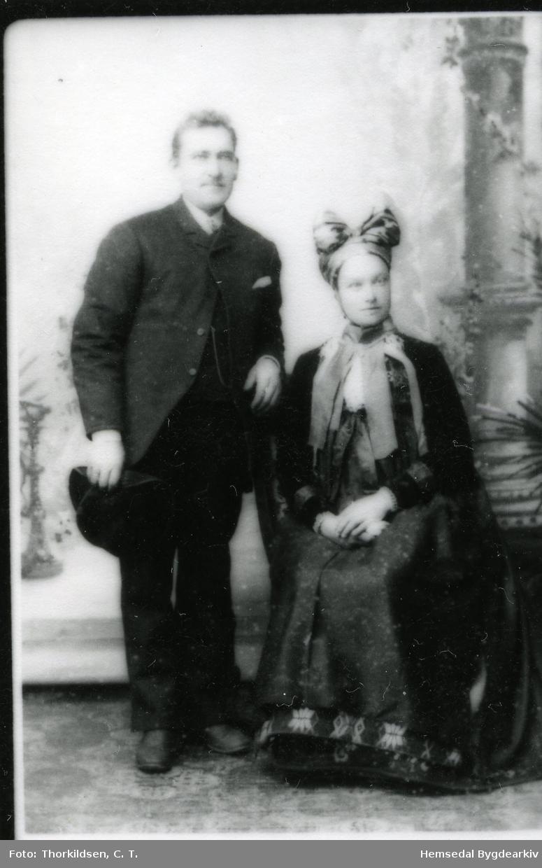 Jon Vilhelm Wøllo (1852-1947), gift med Margit Knutsdotter Markegard (1868-1952) Brurebiletet er frå 1892.