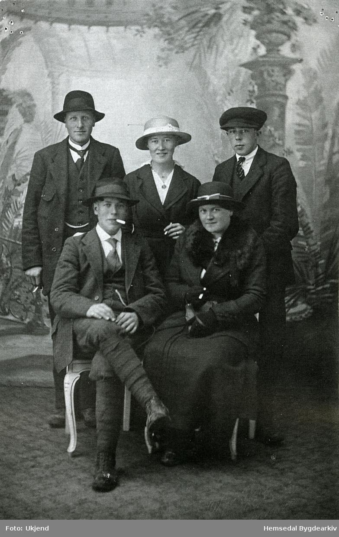 Fyrste rekke frå venstre: Syver Brandvold, Randi Langehaug, gift Botten. Bakerst til høgre: Andres Haugo. Alle frå Hemsedal.