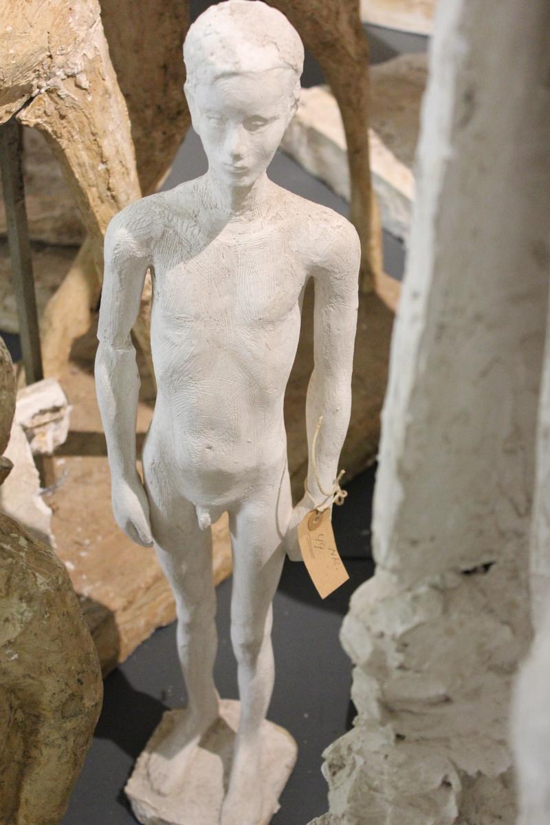 """Skulptur i gips av en ung gutt. Titel: """"GUTT"""""""