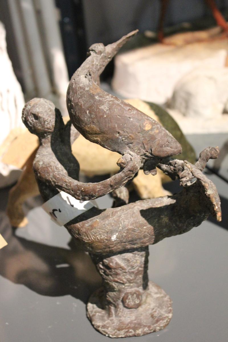 Skulptur i bronse av havfrue og fisk. Utkast til piken og laks, Mandal