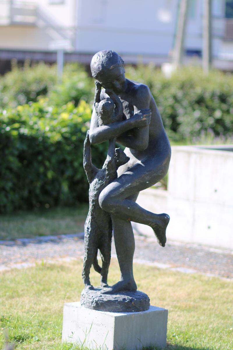 """Figur i bronse av en kvinne med to katter. Tittel: """"kvinne med kattedyr"""". Se også nr.159"""