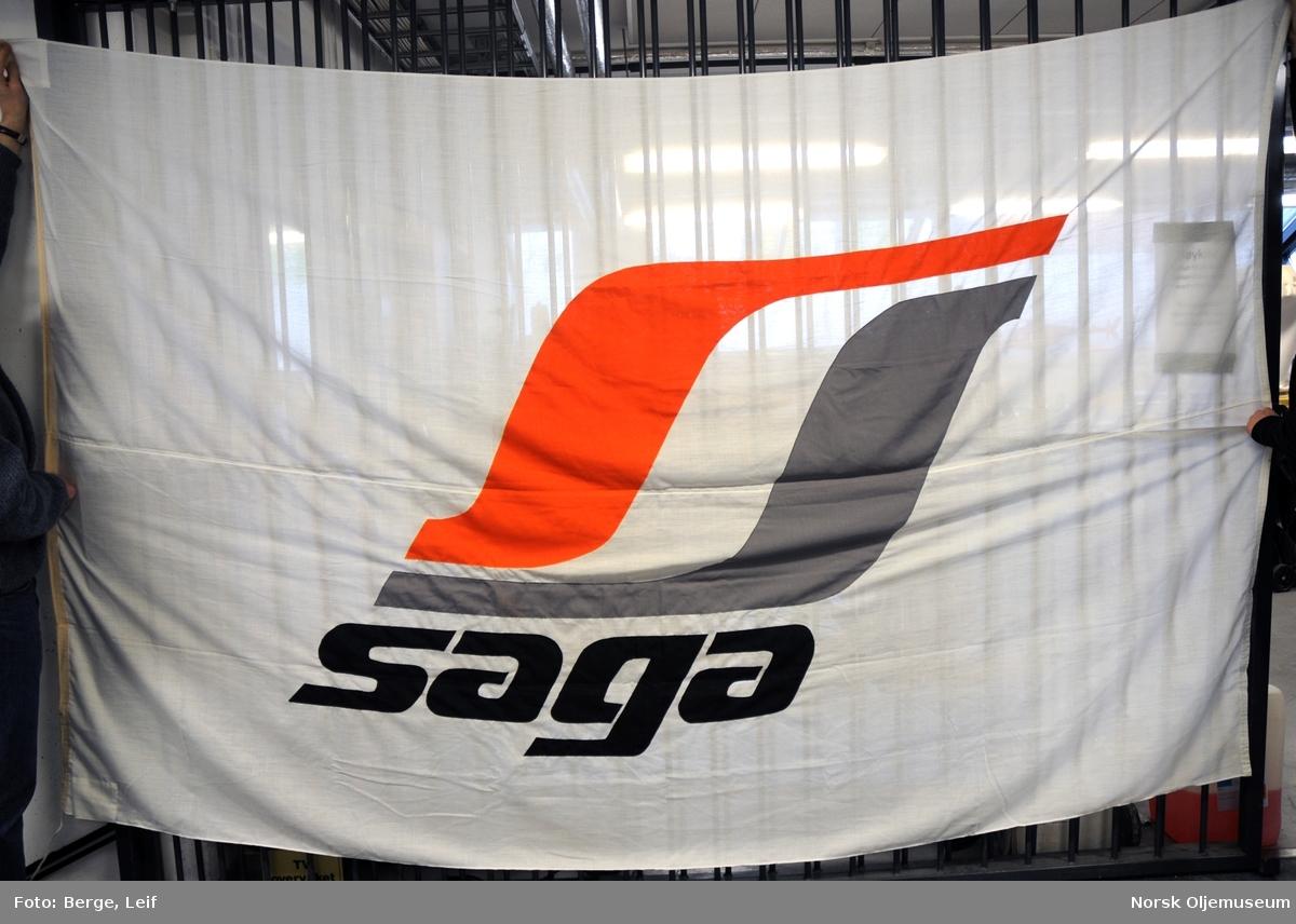 Flagg med påtrykt Saga-logo
