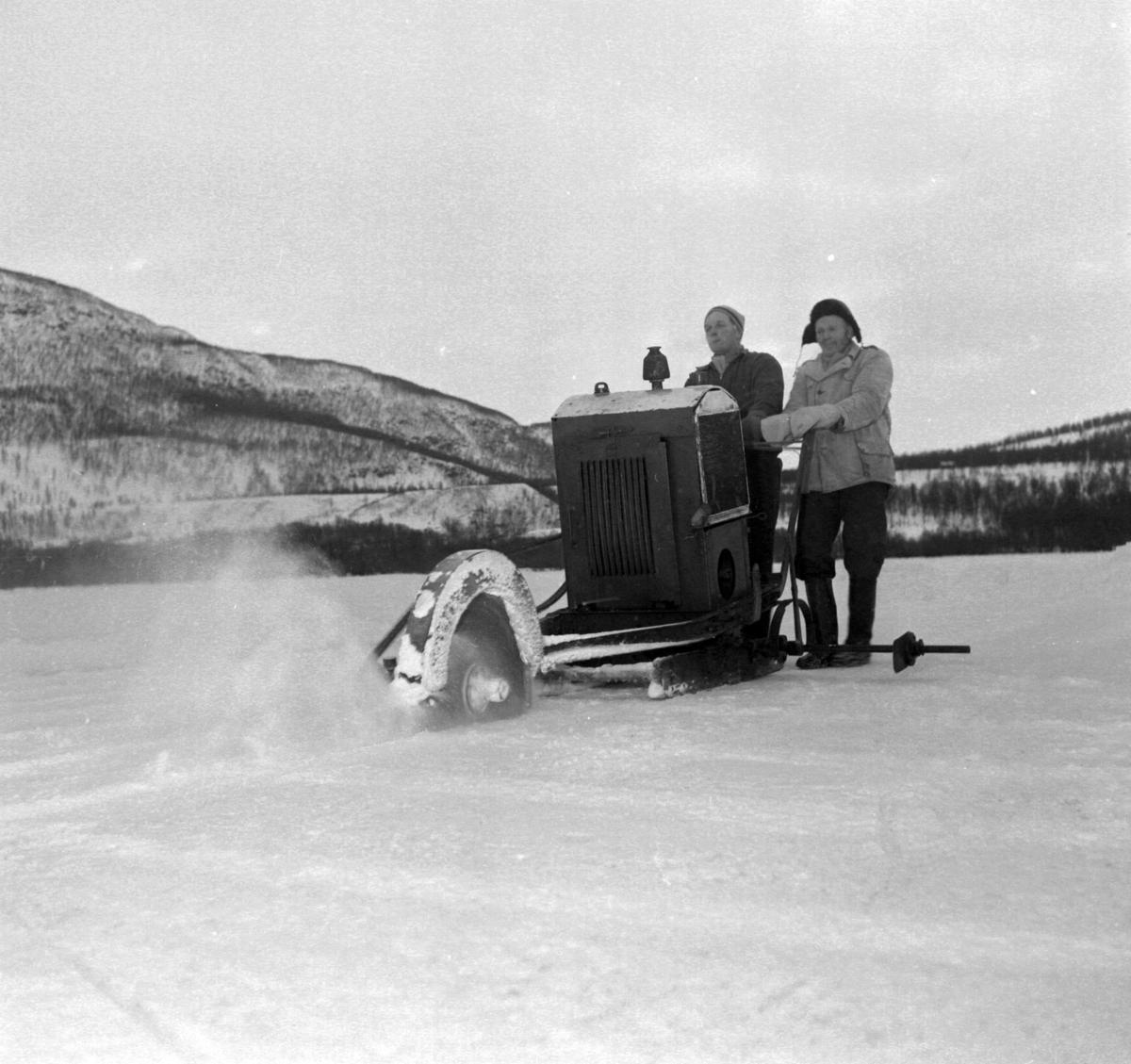 Isskjæring på Møkkelandsvannet, 1960. Isen sages med maskin.