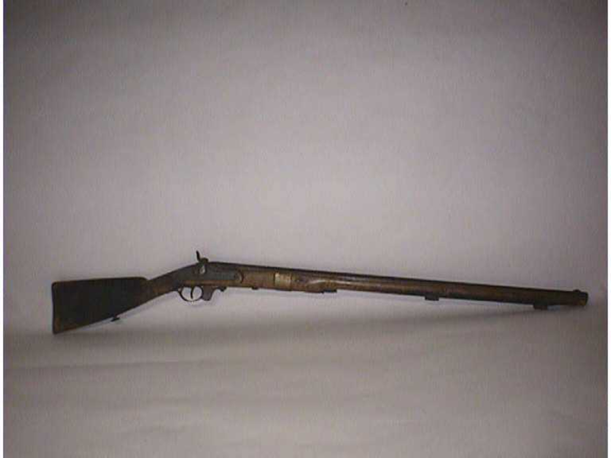 Form: Langt gevær med fløy framfor avtrekkjar.