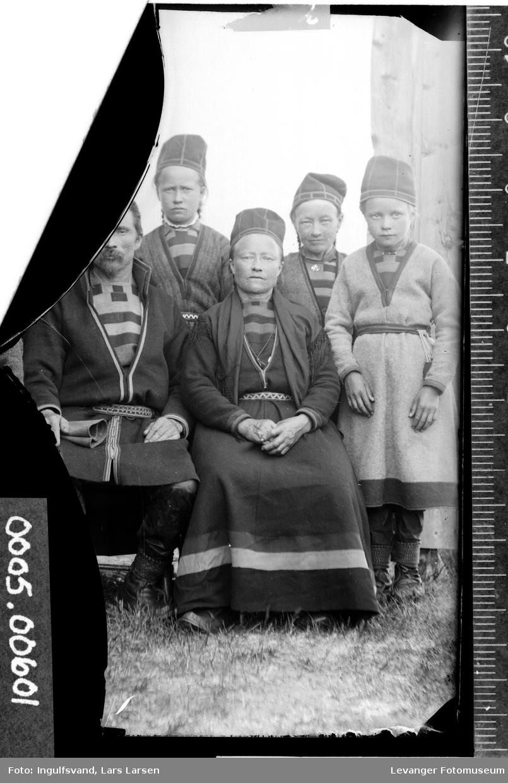 Gruppebilde av samer på åtte personer.