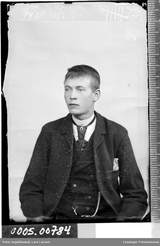 Portrett av en ung mann.