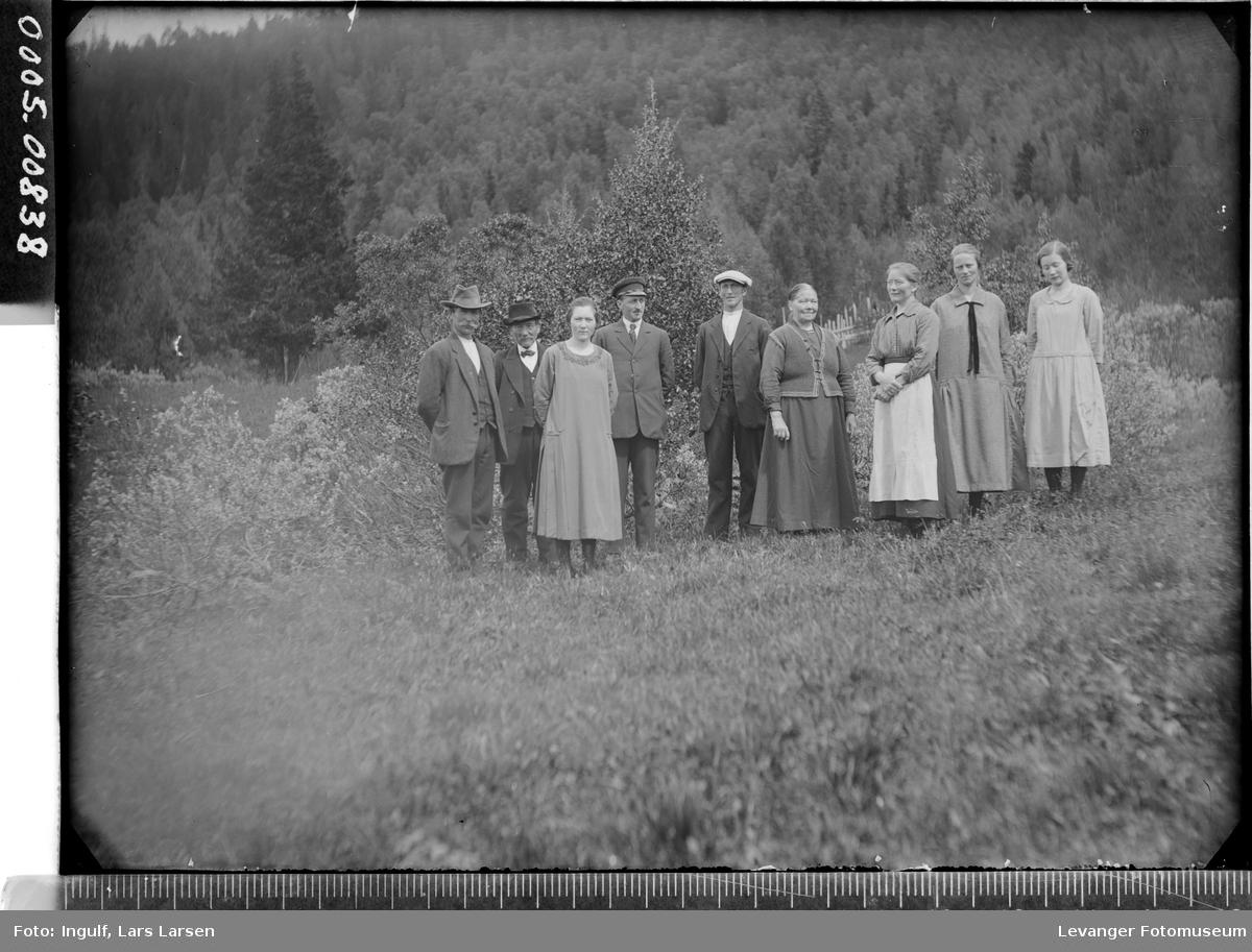 Gruppebilde av fem kvinner og fire menn utendørs.
