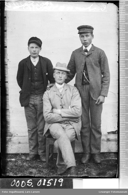 Portrett av en mann og to gutter.