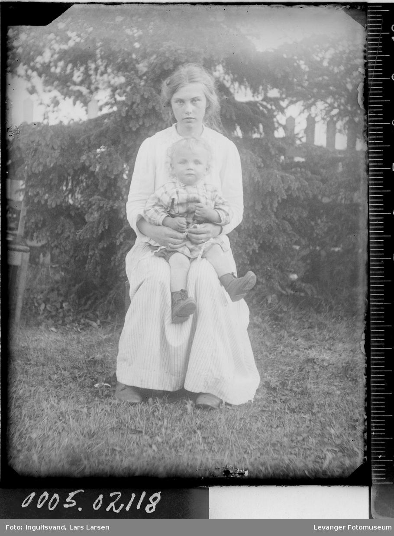 Portrett av to barn.