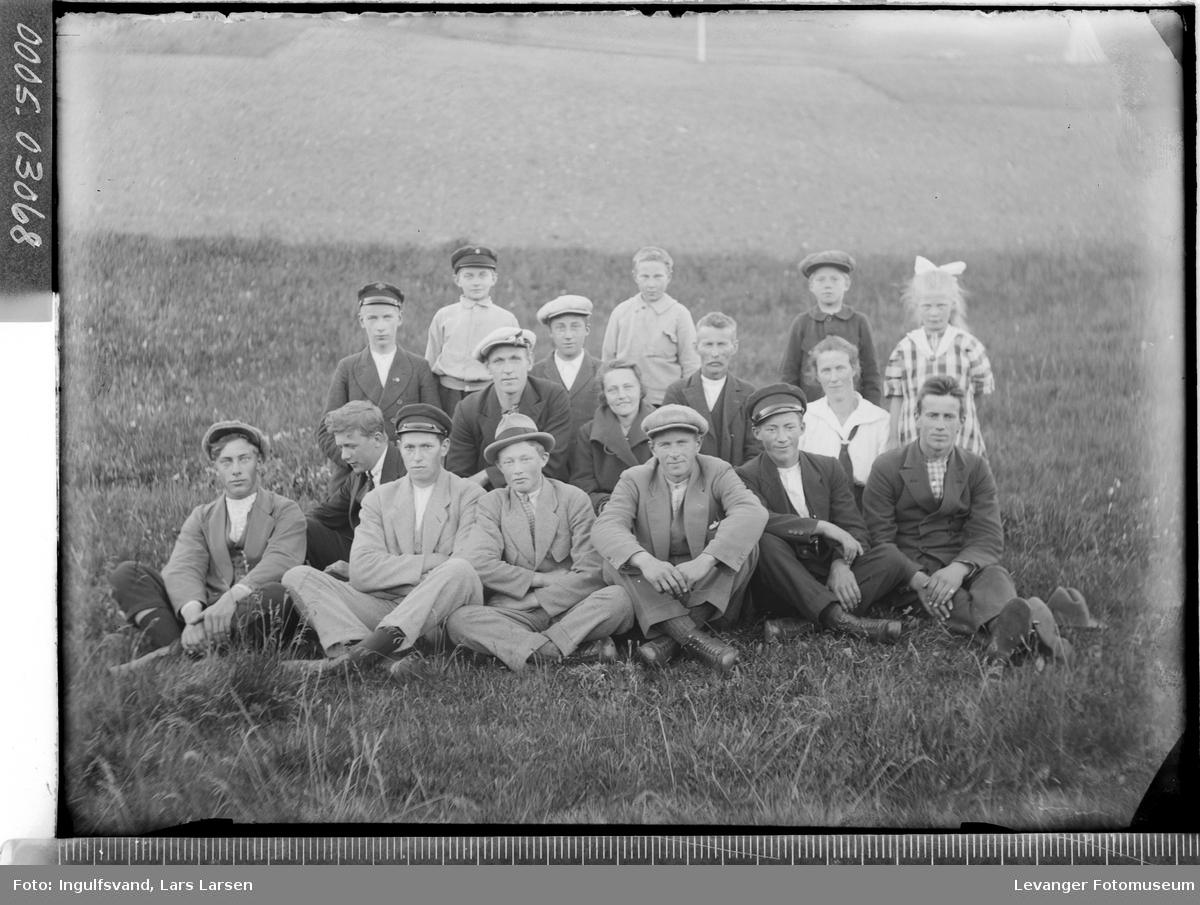 Gruppebilde av tretten ungdommer og fire barn.