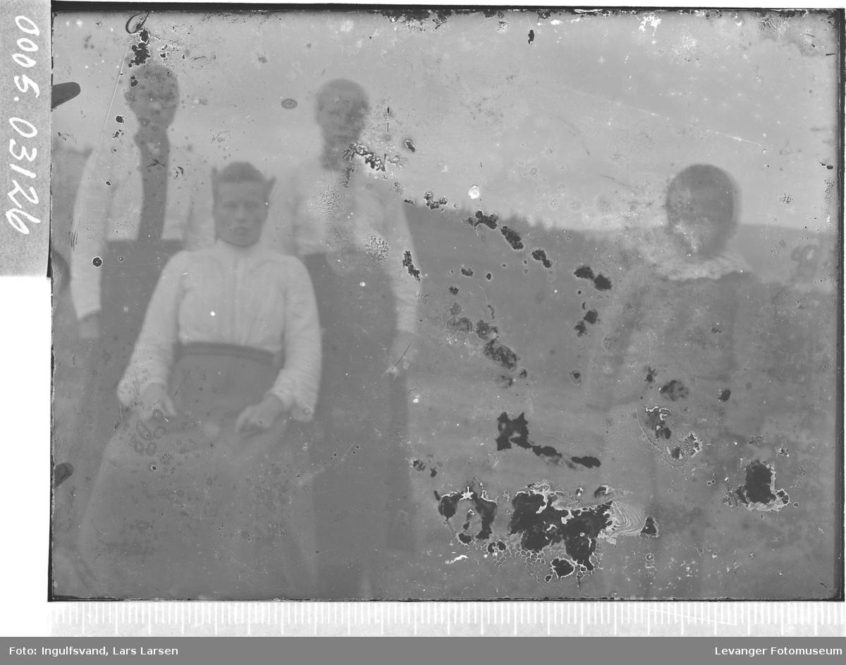 Gruppebilde av tre kvinner og et barn