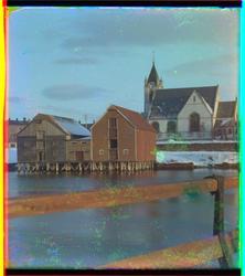Levanger kirke med brygger i forgrunner, tatt fra brua over