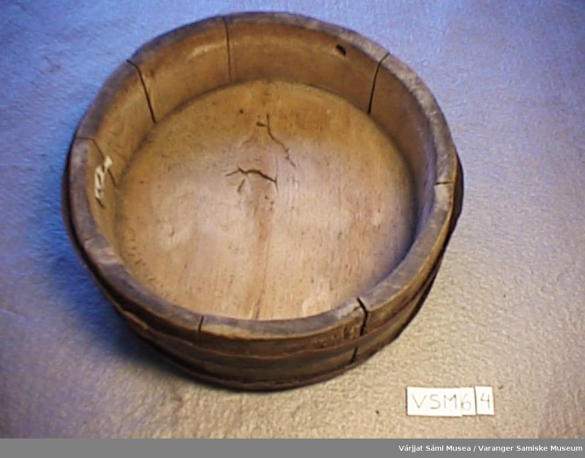 Fatet er laget av tre og to stålringer som er festet rundt fatet. Treet består av 8 trebiter som er festet til bunnen som er rund. Jernringene er rustet. Under bunnen er det risset inn disse  inskripsjonene. K.A 1.8.7.4.