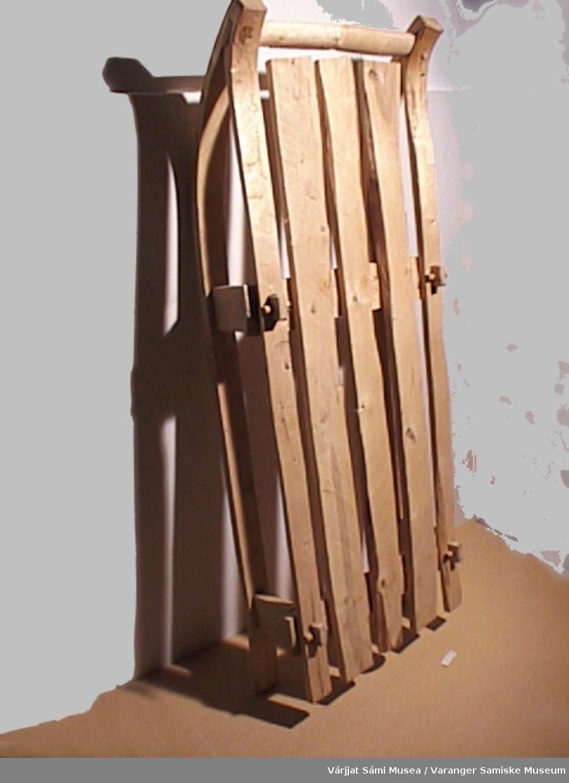 Moderne kopi av eldre type trekjelke.