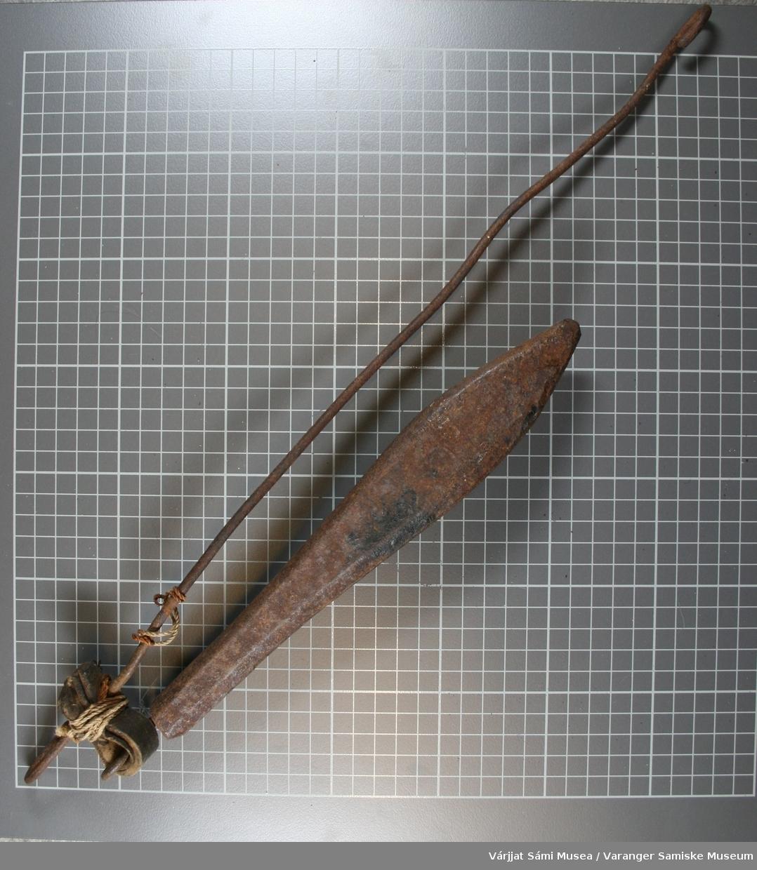 Jarstein av rustet jern.. Jarstein eller søkksteinen brukes til juksafiske. På steinen er det festet en løkke av jern til å feste snøret i.